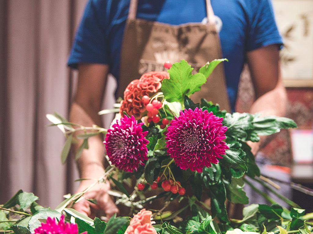 Florist designer che assembla un mazzo di fiori, entra nel team Frida's
