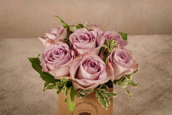 Box Rose Lilla, rose lilla in una piccola box di cartone riciclato con marchio Frida's. Consegna a domicilio in tutta Italia