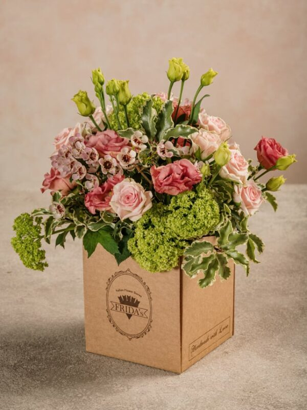 Box Romantico rose chiare, lisianthus, viburno e wax