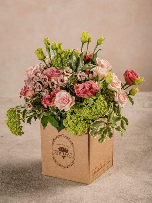 Box Romantico, piccolo bouquet di rose chiare in box di cartone con marchio Frida's