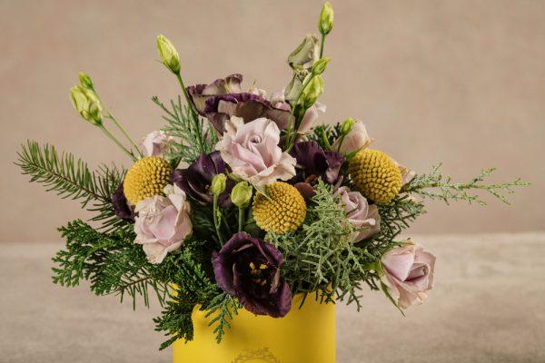Cappelliera mini Gialla, lisianthus viola e rose chiare