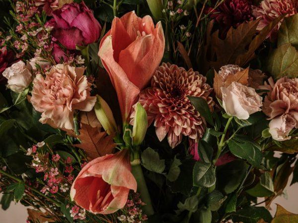 Bouquet Delitto e Castigo, rose chiare, rose rosa e garofani. Consegna a domicilio in tutta Italia