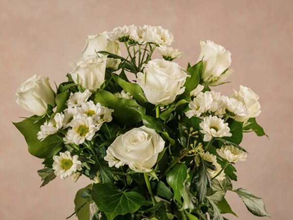 Fragrance Bouquet, white roses and daisies. Fresh flowers Frida's free home delivery across italy