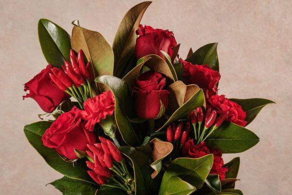 Flower Basket Red Love, Rose rosse, garofani rossi e peperoncino
