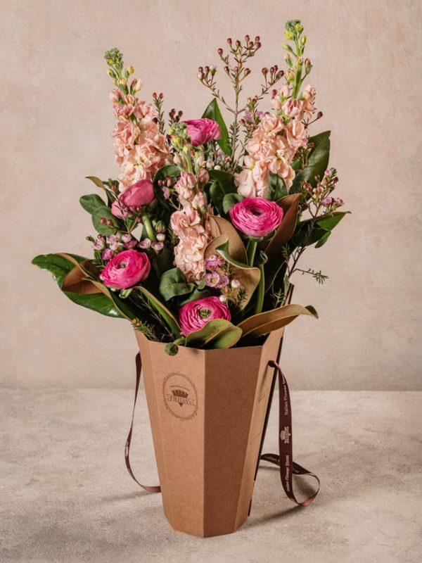 Flower Basket Romantico, Ranuncoli, violaciocche e wax rosa