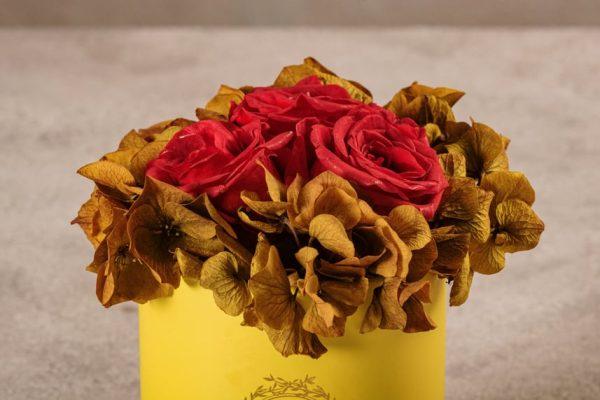 Cappelliera Mini Gialla, Rose e ortensie stabilizzate. Fiori Frida's con consegna a domicilio