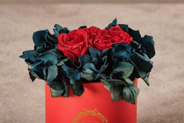 Cappelliera Mini Rossa, Rose e ortensie stabilizzate. Fiori Frida's con consegna a domicilio