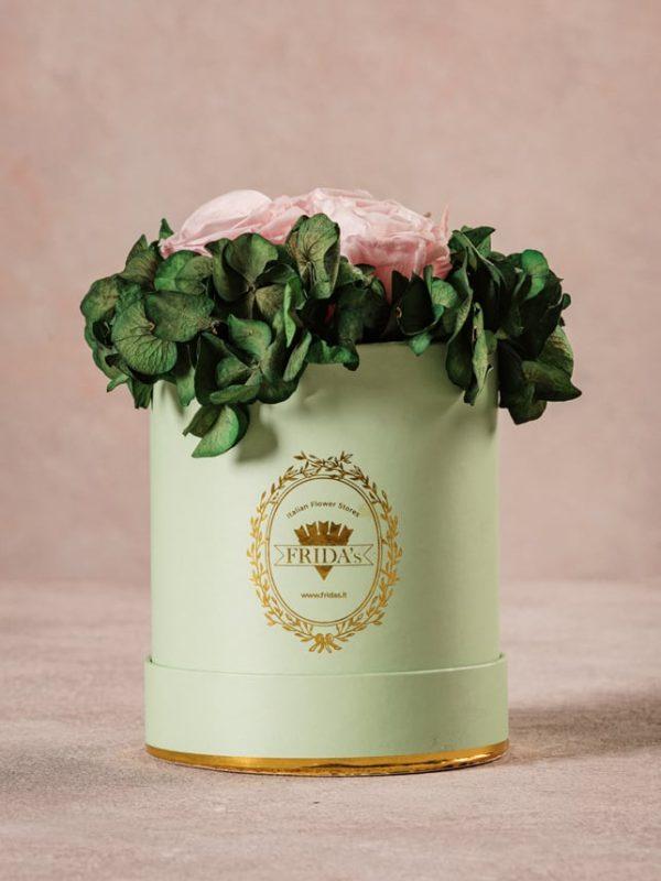 Cappelliera Mini Verde, Rose e ortensie stabilizzate. Fiori Frida's con consegna a domicilio