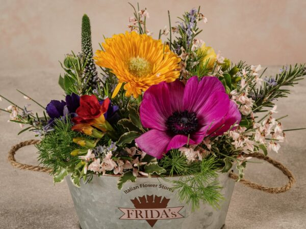 Cestino Di Latta, fiori e verdi di stagione di alta qualità