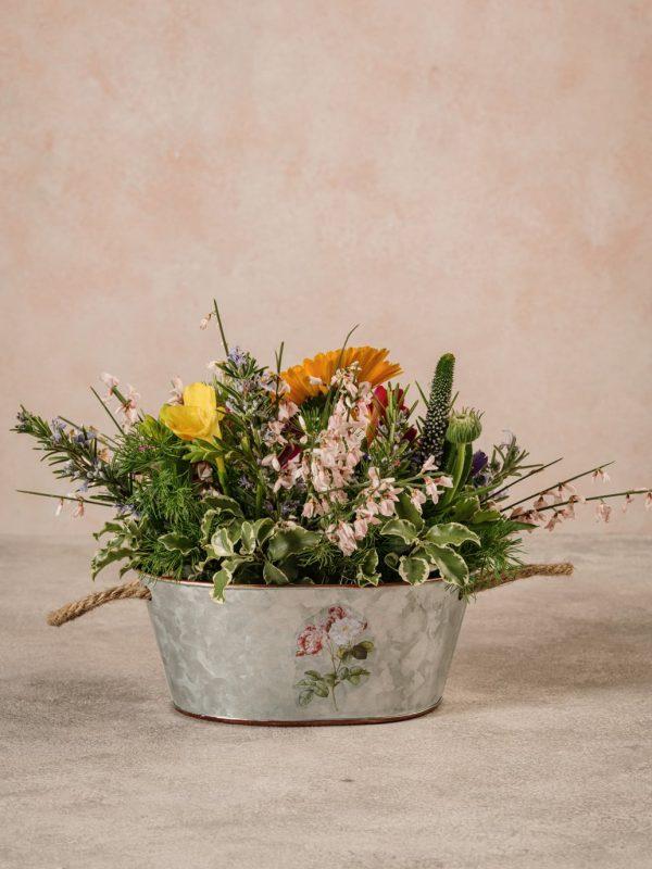 Cestino Di Latta, fiori e verdi di stagione in cestino di latta decorato