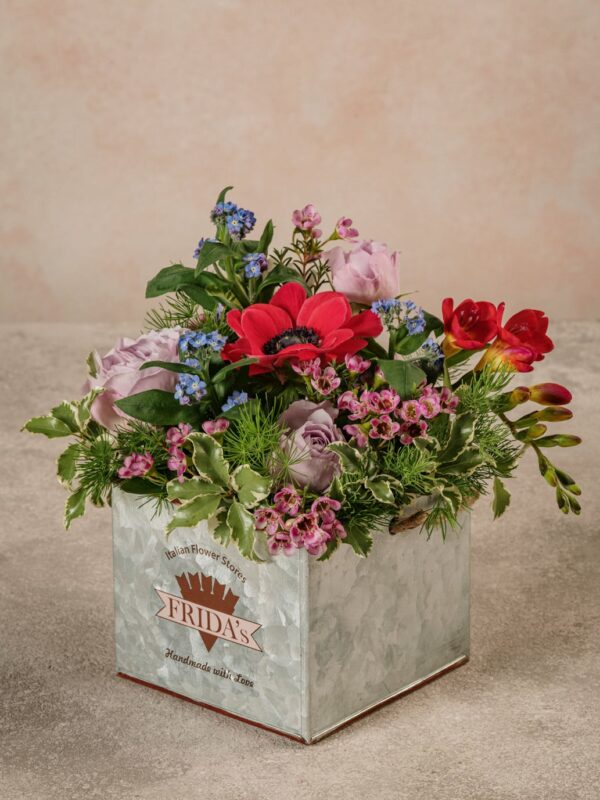 Cubo Di Latta, fiori e verdi di stagione in cubo di latta decorato