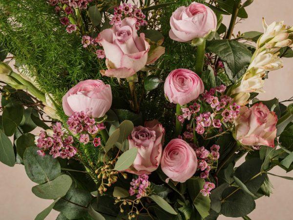 Bouquet Luxury Stagionale, rose, ranuncoli, fiori e verdi di stagione