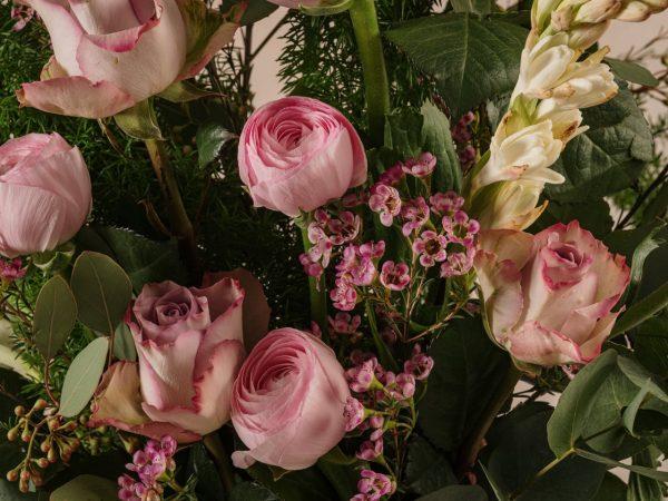 Bouquet Luxury Stagionale, rose, ranuncoli, fiori e verdi di stagione di alta qualità