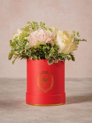 Cappelliera Mini Rossa, piccolo bouquet di rose chiare e garofani