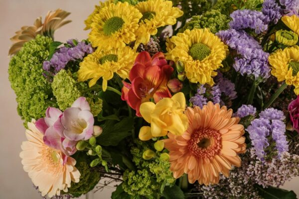 Bouquet Joy, fresie, germini colorati, crisantemi ramificati colorati