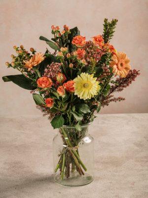 Bouquet Sunset, Rose ramificate arancio, germini salmone e gialli, erica ed Iperico