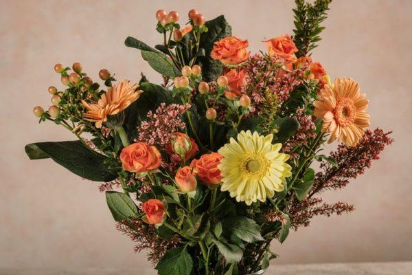 Bouquet Sunset, dettagli di fiori gialii, arancione e salmone