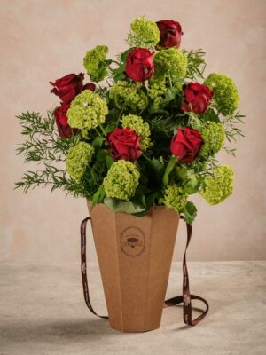 Flower Basket Roses&Lime, rose rosse e viburno
