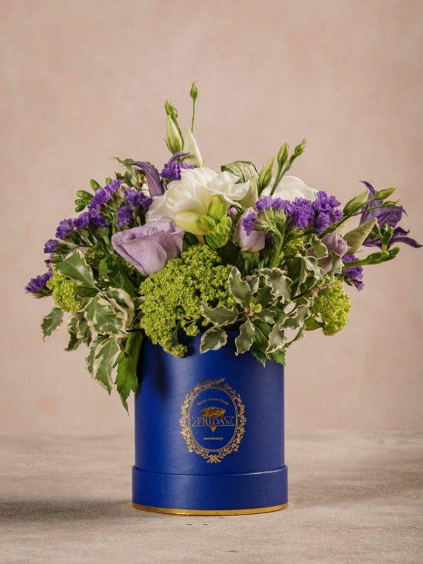 Mini Cappelliera Blu, fresie bianche e lisianthus lilla