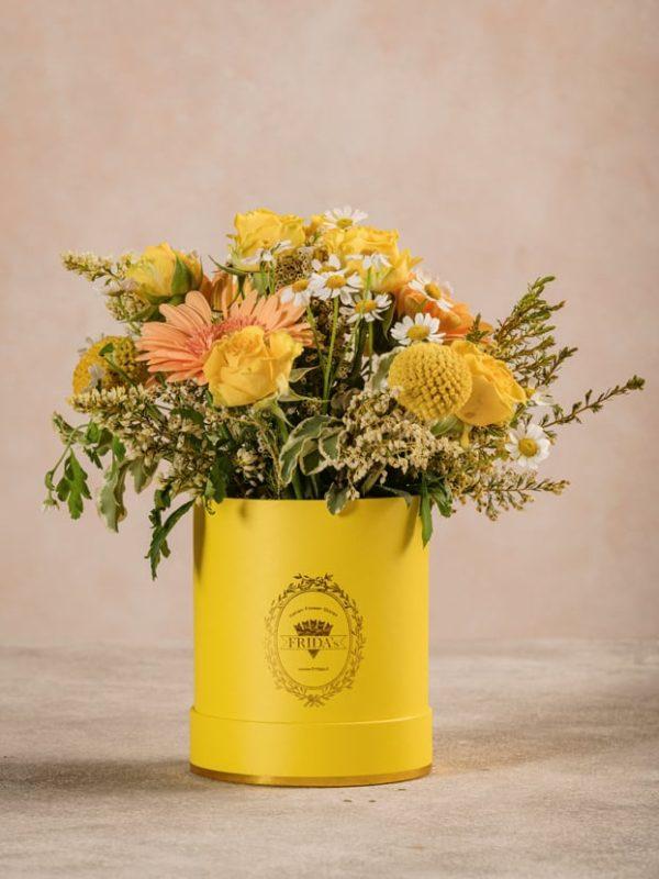 Mini Cappelliera Gialla, gerbere chiare, craspedia, rose ramificate gialle e camomilla
