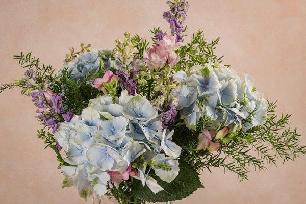 Bouquet Cielo, ortensie, speronella, fresie e verde di stagione