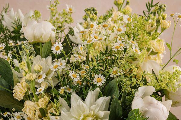 Bouquet Luxury Luce, un bouquet di pregiati fiori freschi bianchi e color crema, circondati dal verde di stagione