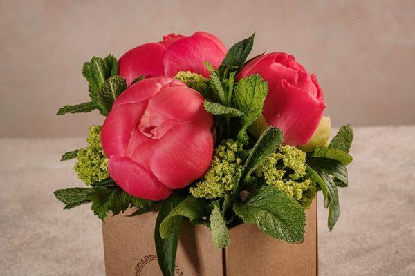 Box Peonie, piccolo bouquet di peonie corallo/rosa in una box di cartone riciclato