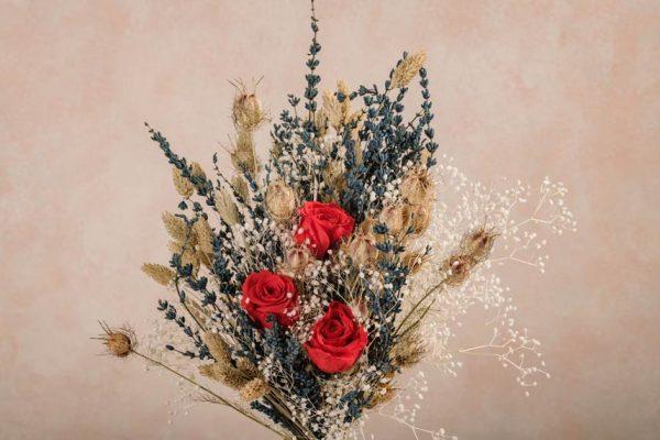 Bouquet Summer Lover, rose rosse stabilizzate e fiori estivi by Frida's.