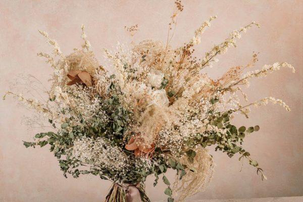 Bouquet Estate Chic, rose bianche stabilizzate e fiori estivi by Frida's.