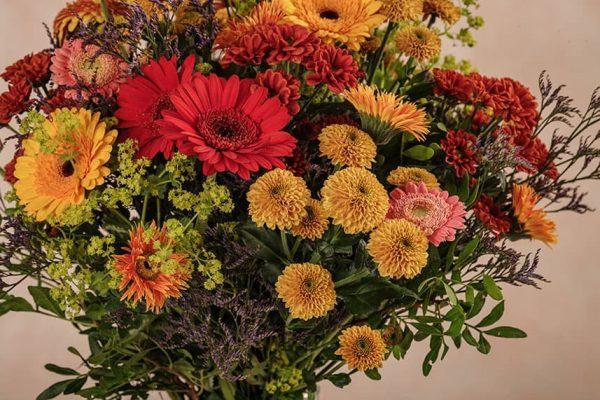 Bouquet Glow Frida's, Germini colorati, Limonium, Alchemilla, Bottoncini senape, Margherite ramificate arancio